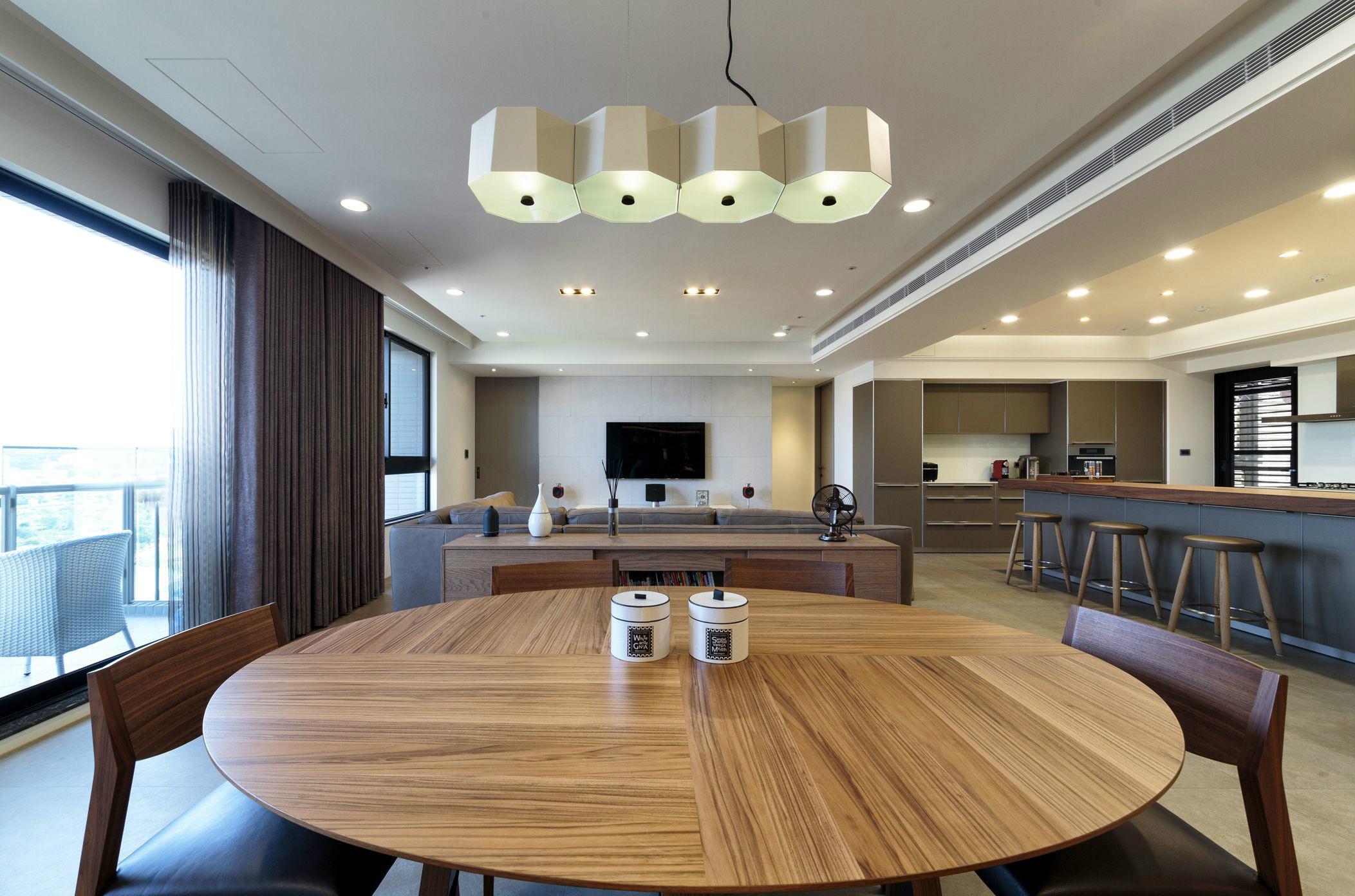 餐厅和客厅是合一的,整个视觉感就拉长了,简约不拥挤