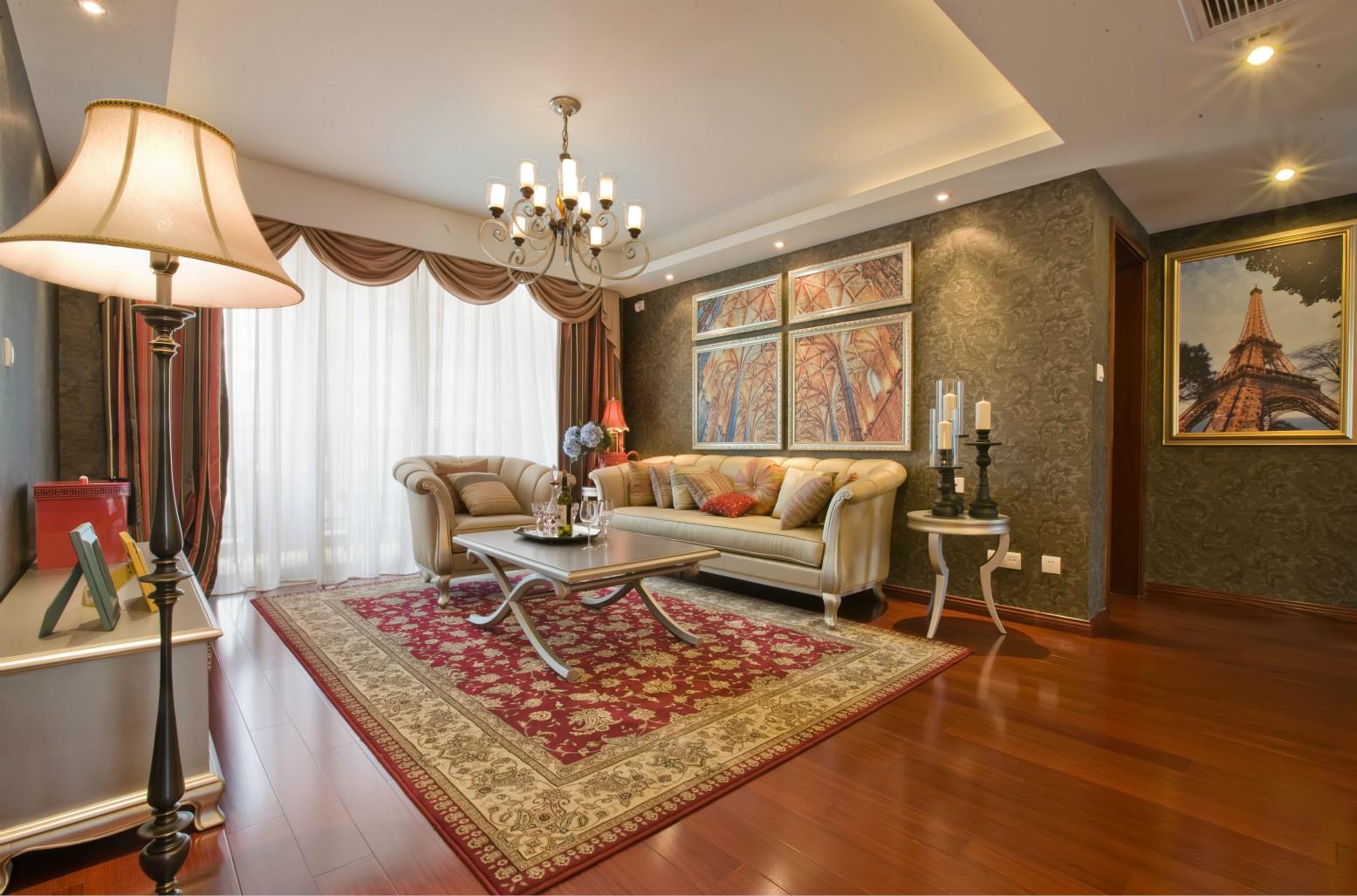 客厅的墙面是深色系的,搭配四幅简框画,氛围勾勒的刚刚好