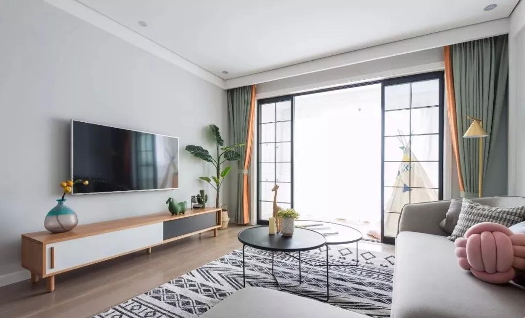 灰色是一种稳重、高雅的色彩,灰色地板为空间增加一丝沉稳;电视背景墙并没有太多装饰,绿植的置入带来生机