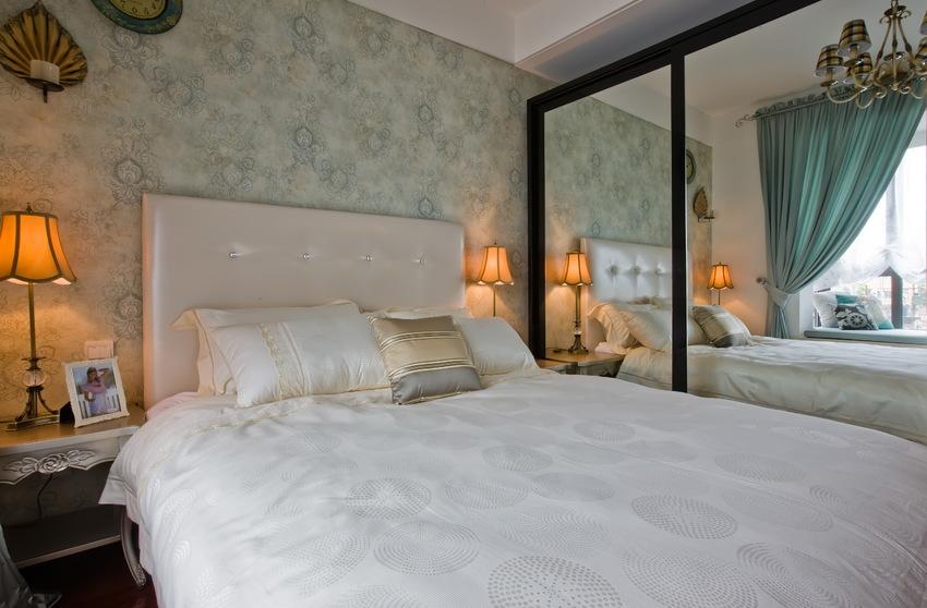 黑框镜面柜门,扩大视觉空间,同时也能反射光线,提升室内明亮度。