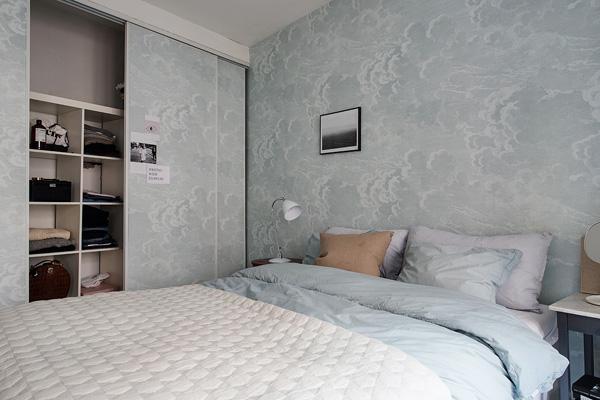 厨房的另一边则是卧室,以宁静的蓝色和白色为主色调。