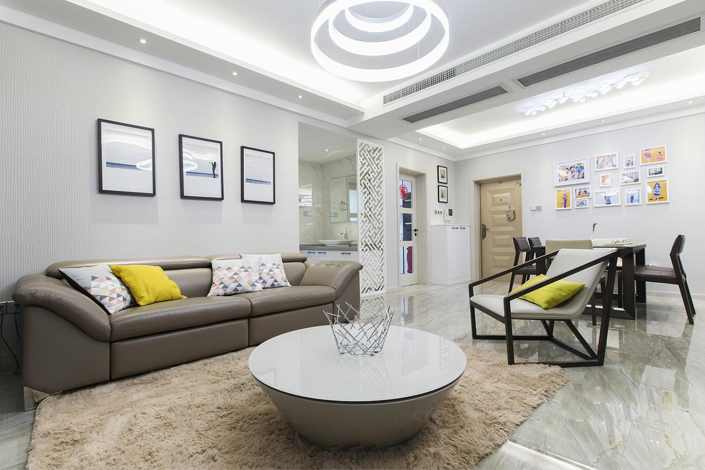 沙发背景墙上挂着富有艺术气息的挂画,以及顶面上旋转式的吊灯,很是舒适