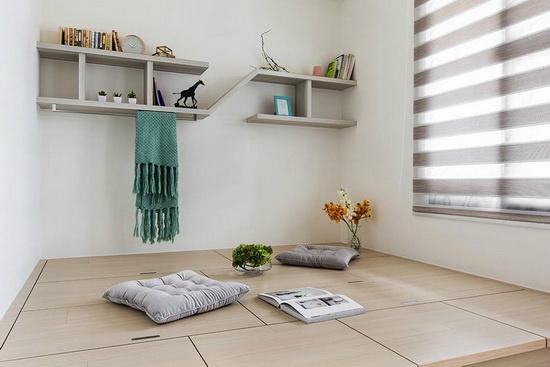 施作架高木地板打造出多功能和室,平时屋主可以在这里看书和休息,若有访客来也能变成临时客房。