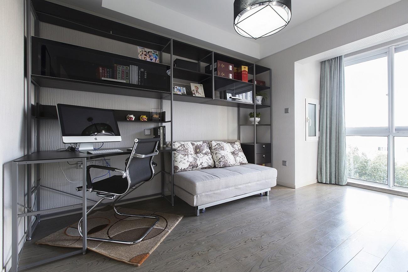 另一间卧室设计为书房,整个空间光线也非常好,看书累了也可以在沙发上休憩,劳逸结合。