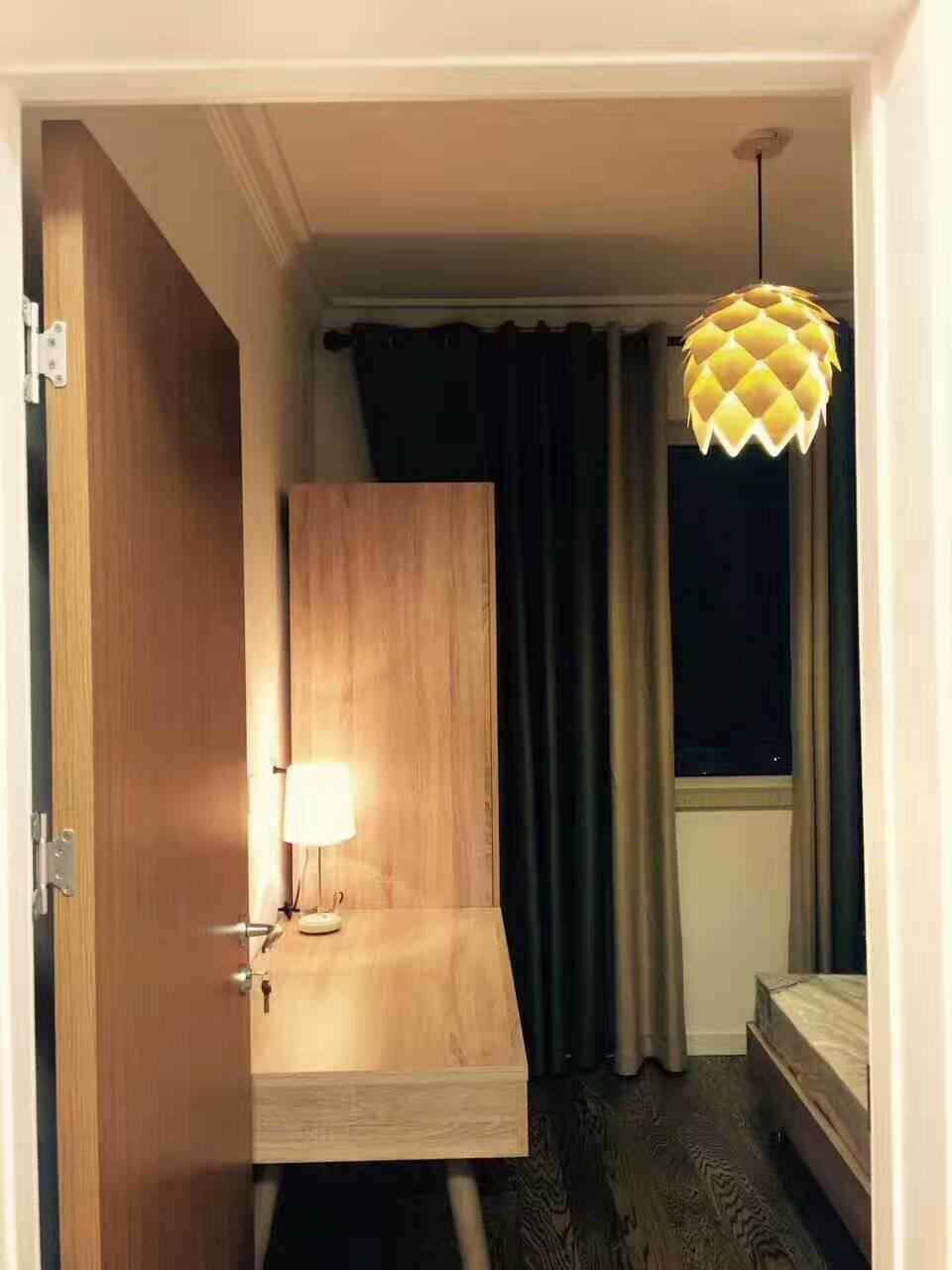 暖暖的灯光照亮卧室,让人沉浸在温暖的氛围中,享受着无限的轻松和惬意。