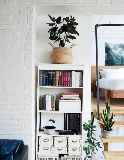 为客厅与卧室之间打造一个零杂乱的环境,这样的规划在这个面积不大的阁楼是必须审慎思考的。