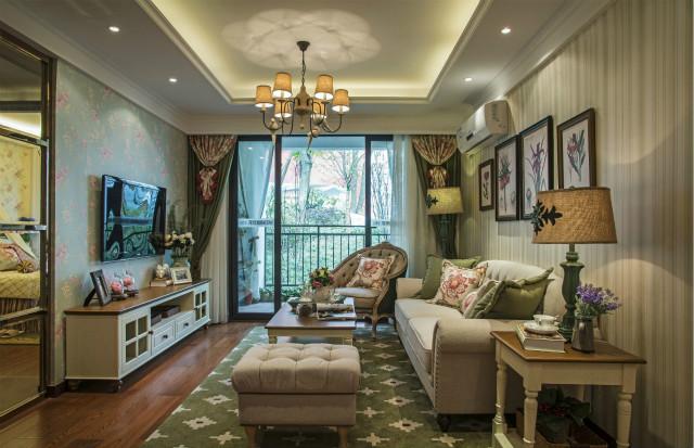 高雅古典的客厅,简约的白色沙发,给人复古的味道。