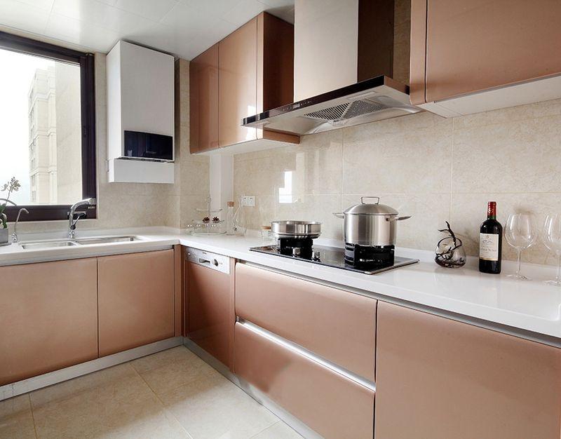香槟金配色的橱柜可以说是紧跟潮流,算是近两年最火热的颜色了,金属感也让厨房看上去更有质感。
