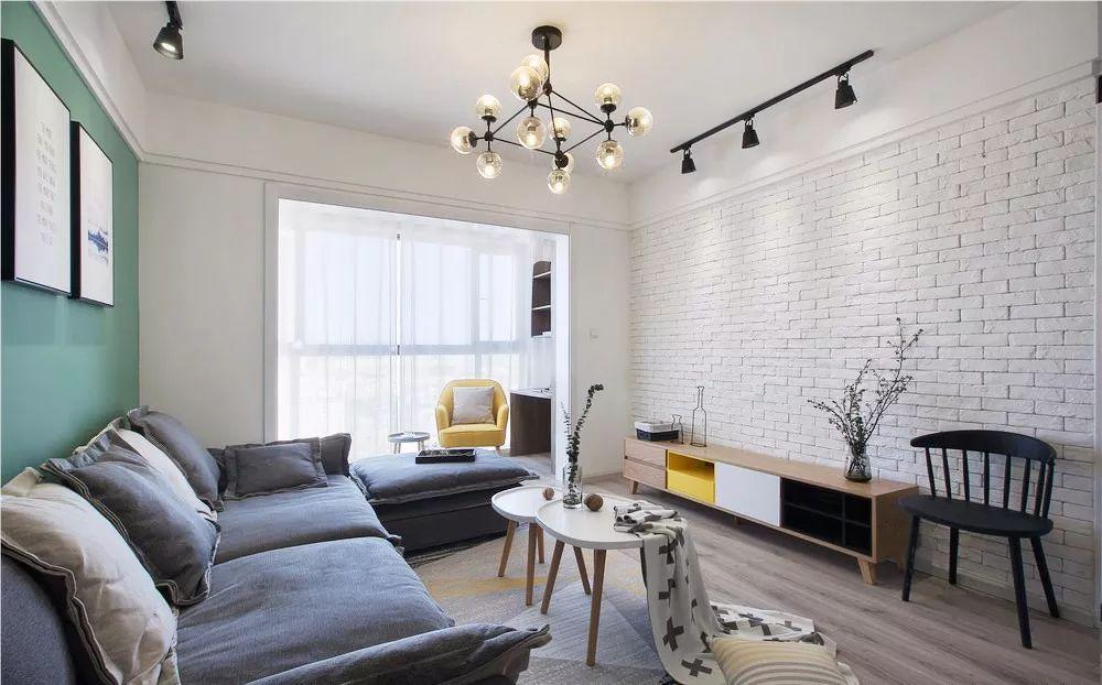 乳白色带点朦胧视感的落地窗,大面积的文化砖和分子魔豆灯的搭配,增加采光的同时还显得格外通透。