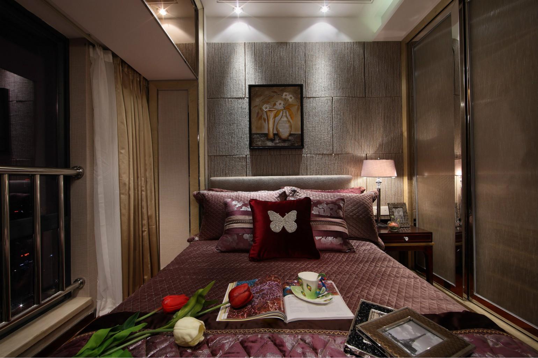 主卧铜色系的墙面、床具和床上用品,只加上了棕色搭配,整体风格倒简约大气