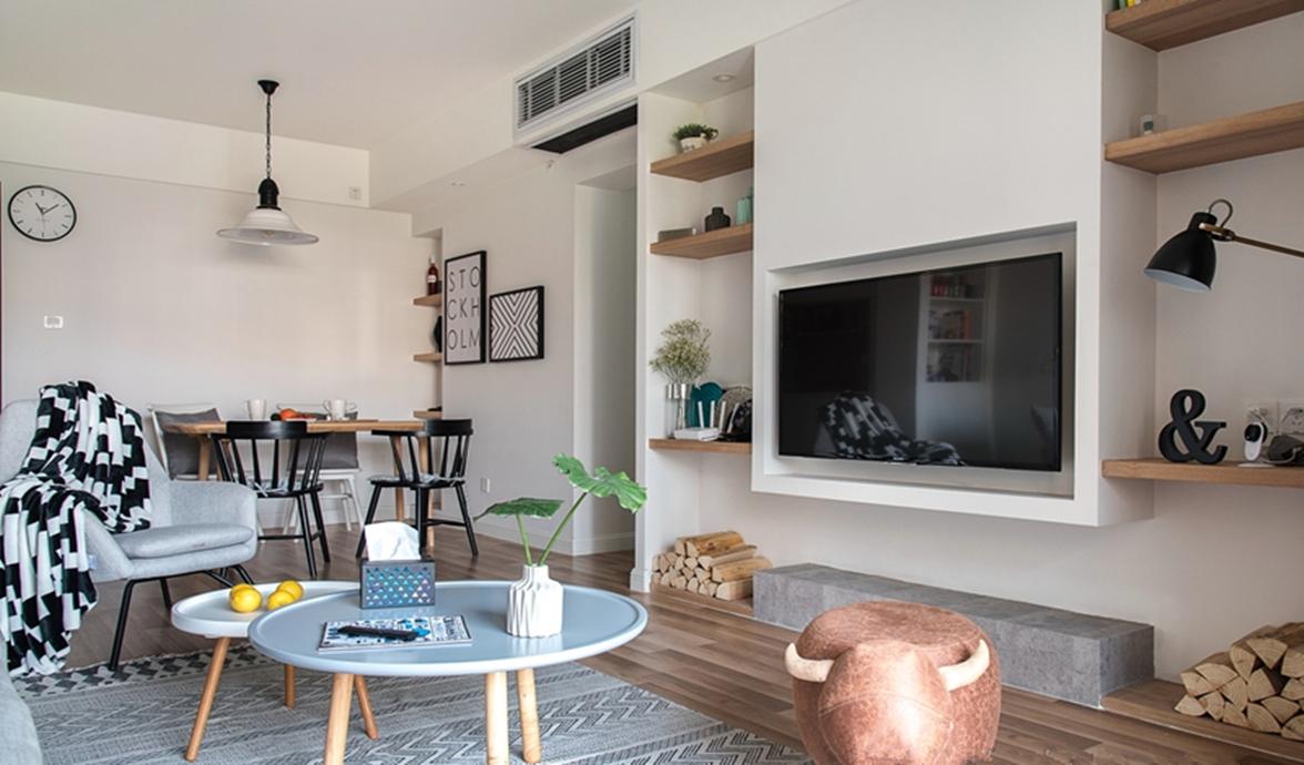 简洁舒适的浅灰色沙发搭配黑白相间的地毯,用最简单的方式诠释着北欧风情。