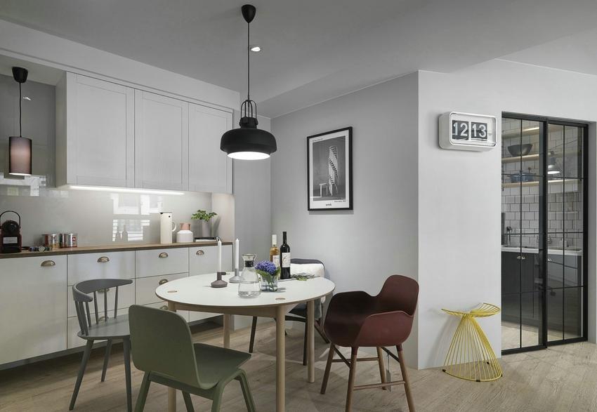 餐厅设计比较简单,沿着墙面定制一排收纳柜与白色原木桌相配。