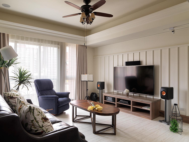 客厅充满简约美式格调,铺木地板,自然复古的色调,营造了一种优雅沉静的氛围。