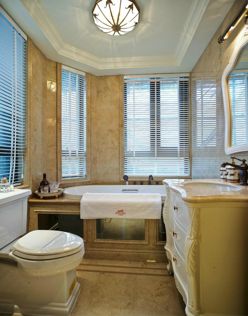 卫生间虽然空间不大,但是浅色装修显得通透一些,窗户的设计也很好,通风好,室内不至于总是很湿。