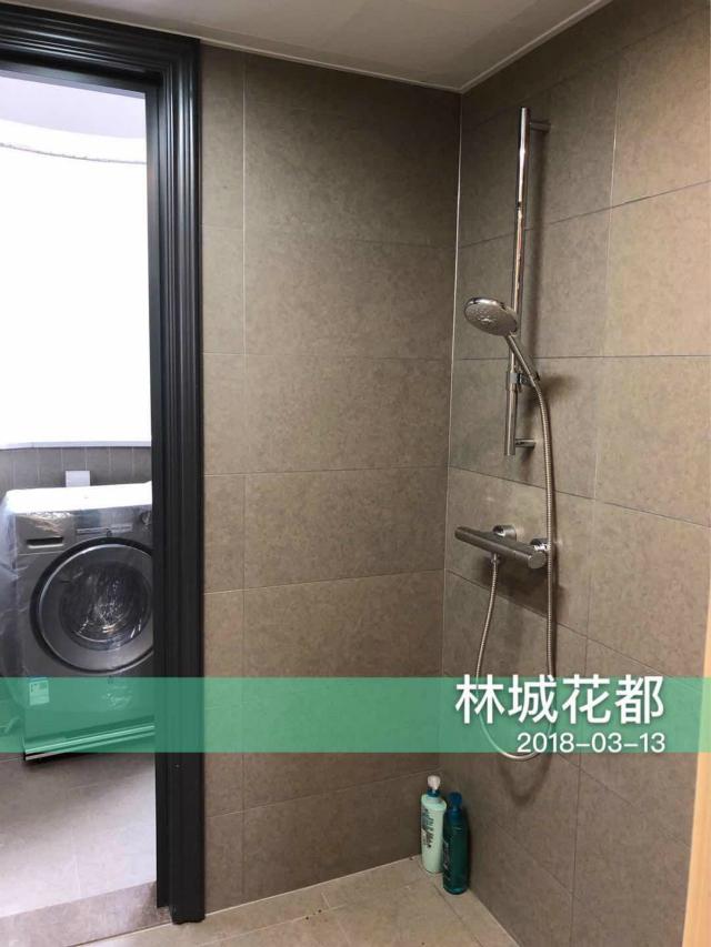 卫生间采用浅色瓷砖铺设,增大了空间感。洗衣机放置于阳台,脏衣直接入筒,非常方便哦。