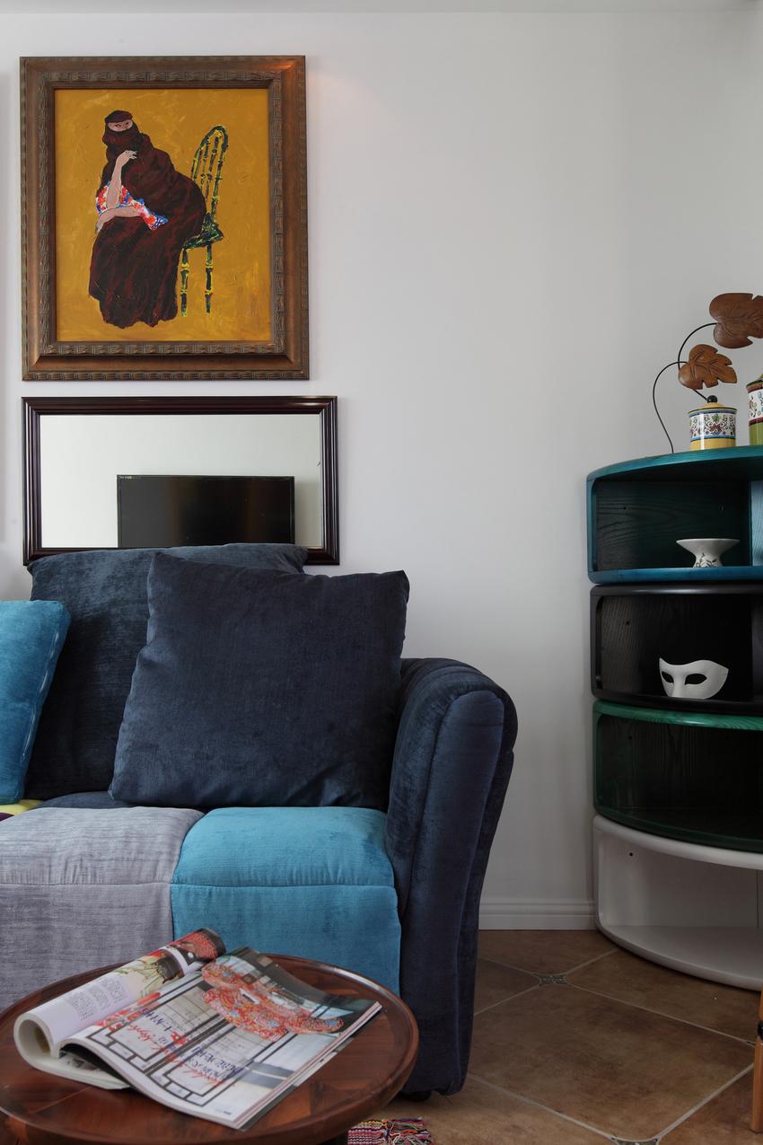 两幅异域风情的装饰画,倒是与沙发的气质非常相符。