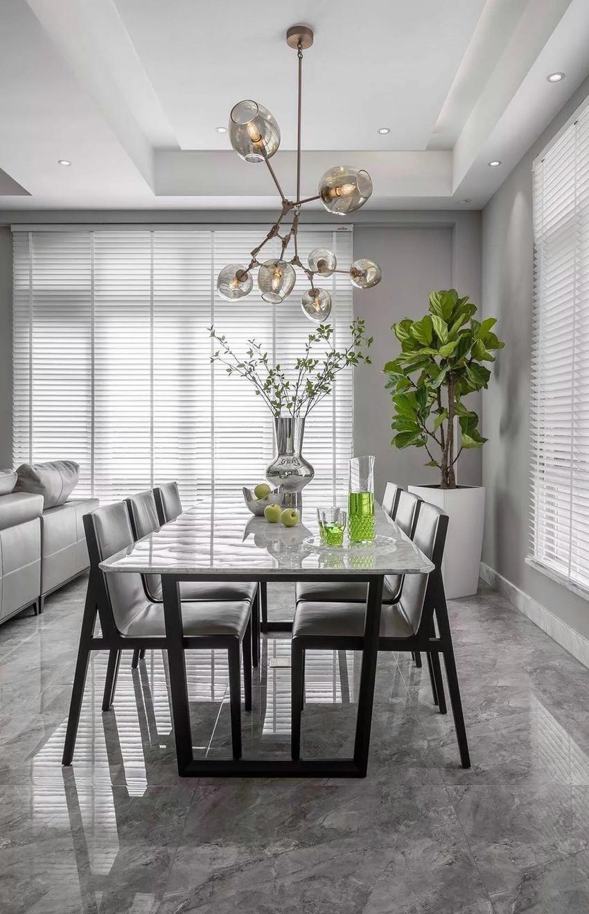餐桌上选用银质的饰品和果盘,配合精致的水晶饰品,使得空间愈发沉稳内敛,精致优雅。