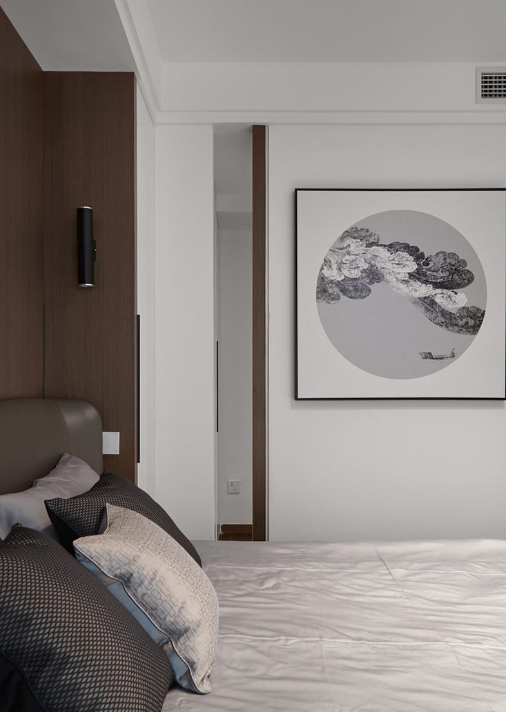 主卧以白色与原木结合,配色和谐舒适。