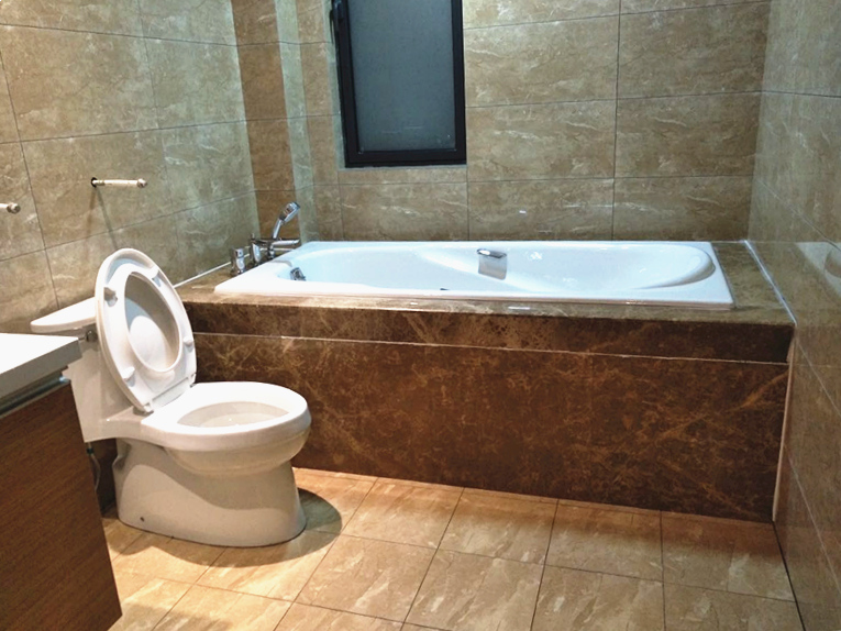 拥有两间卫生间的主人将其中一间打造成浴缸,泡个热水澡是放松身心最好不过的享受了。
