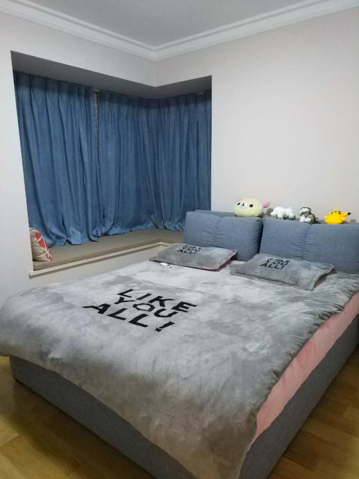 一张大床占据了整个卧室的绝大部分地方,没有多余家具,整个卧室让人感觉不由的想躺上去。