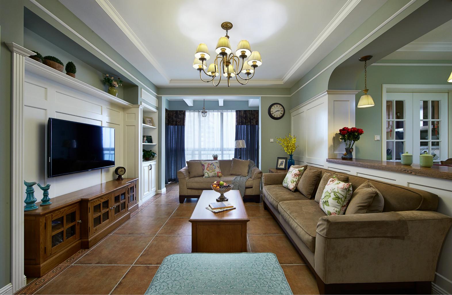 客厅走廊的左右空间分明,右边厨房隔着白色吧台。