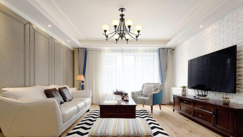 简单的客厅搭配,在沙发椅的一抹蓝和花色的点缀下变得清爽明快。
