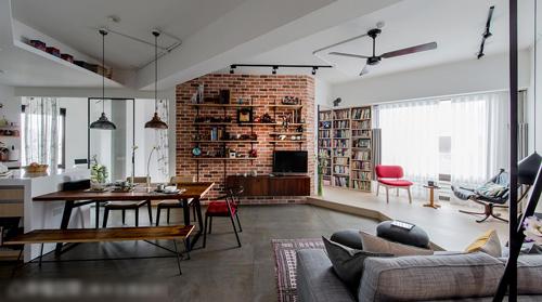 空间中心以一道斜向电视墙及环状动线,创造开放式的空间型态,