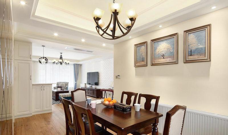 餐厅依旧是标准的美式风格,但是通过墙上的画让空间变得温柔。