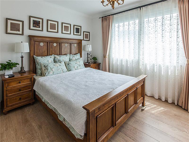 一套极简的烟灰绿床品,让卧室如同雨后的晴空,有着春天一般的青春气息。