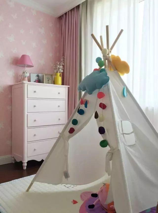 靠窗位置摆放着地毯和一个小帐篷,给孩子一个更加舒适的玩耍空间,再加上一个小斗柜,收纳空间也有了。