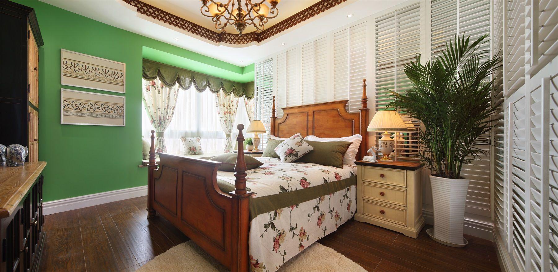 原木床是很多家庭的首选,与金黄色的水晶吊灯相协调,温暖而又静谧。