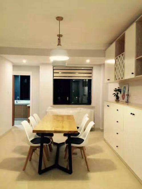 温润的木色与简单的白色相搭配,营造出舒适温馨的用餐环境。木质铁艺长桌,简单而不失个性。