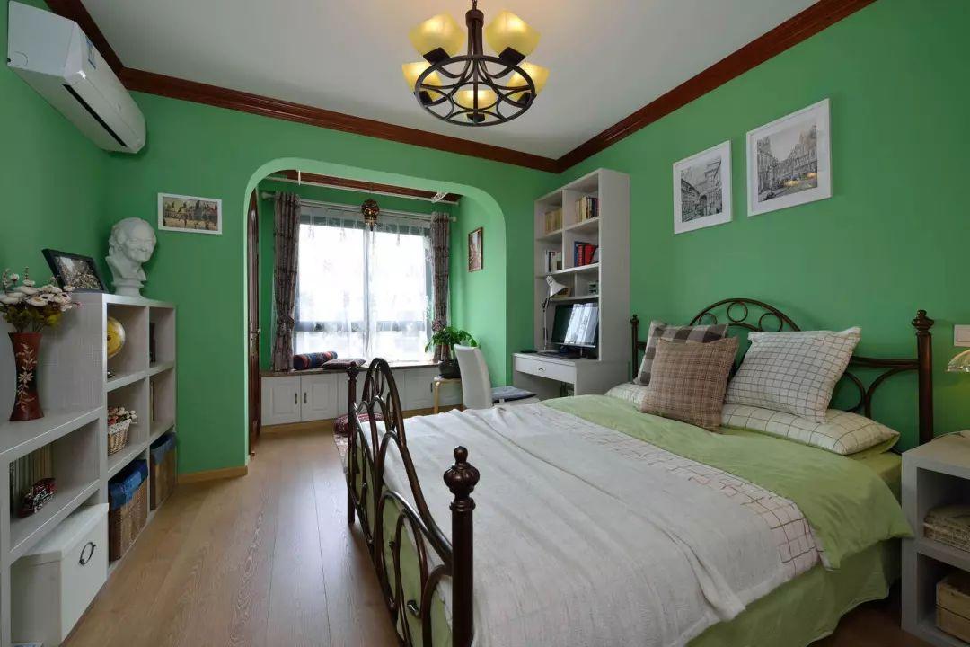 主卧中的色彩则与其他空间形成了鲜明的对比,清新自然的翠绿色沁人心脾。