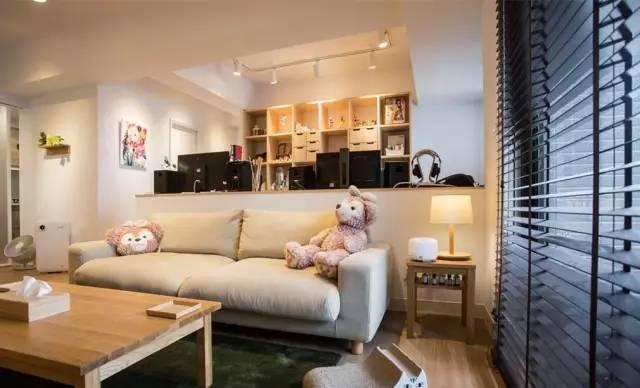 后方半遮挡墙体非常有设计感,有效区别办公区和客厅的区域,并不会让房间显得狭小。