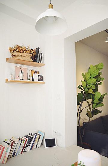 隔板用来收纳和摆放装饰,充分利用墙面空间的同时,也避免大片白色渲染出的单调。