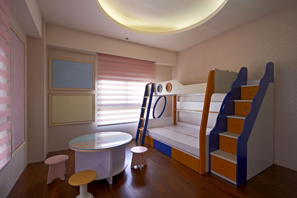 儿童房亮点颇多,可供两个宝宝睡觉的双层床,小房间是孩子的乐园。
