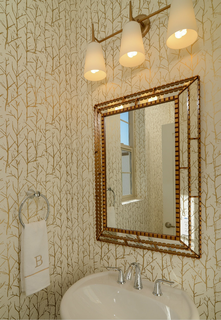 卫生间双台盆设计,能够同时容纳两人洗漱,提高使用效率。