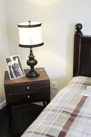 卧室的设计中,床、梳妆台、灯、饰品都选用了带一点经典的木质风格。