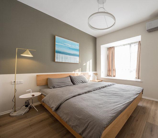 卧室采用灰色的床头背景,床头背景用蓝海洋画做装饰。这种灰色系穿插于黑白两色之间,更有些暗抑的美。