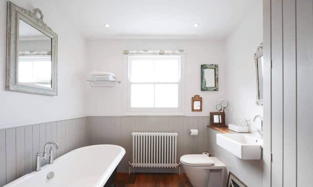 卫生间也是大气的感觉,配上洁具的清新亮白,与整体十分搭调,展现出完美而自然的大气氛围。
