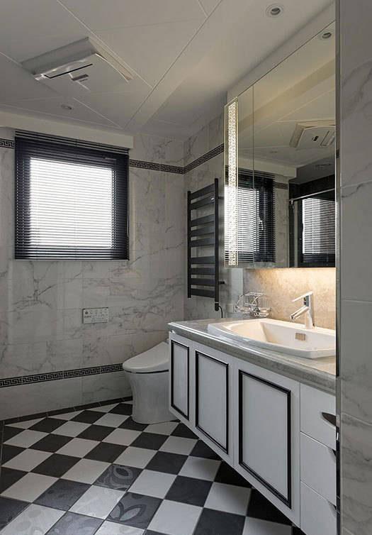 格状拼贴的地坪搭配镜面和壁砖,让原本狭小的空间更显宽敞舒适。