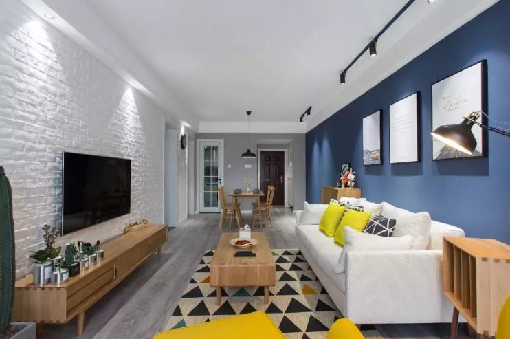 电视墙则铺贴白色文化砖,十分富含文化气息,再搭配木色的家具,电视柜正上方设计了内嵌筒灯,淡淡的灯光。
