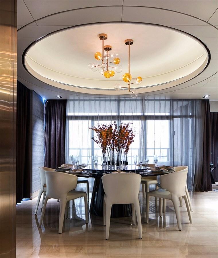 与客厅相邻的餐厅天花及餐椅延续沙发的米白色系,餐桌则呼应墨色的沉着低调。