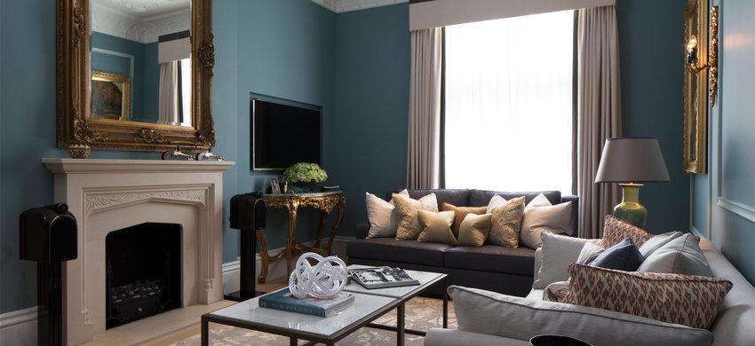 客厅的设计并没有走传统路线,沙发对电视机背景墙,而是壁炉放中央,右侧电视背景墙。