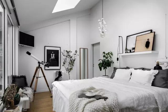 卧室充满舒适感,白色的宁静创造出很好的睡眠环境,隔板和用作装饰的楼梯上有很多有趣的小物。