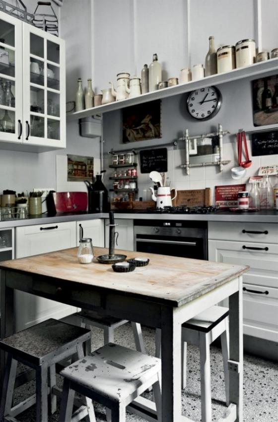 以白色为主的厨房,各种收藏的瓶瓶罐罐成为了整个空间的点缀。