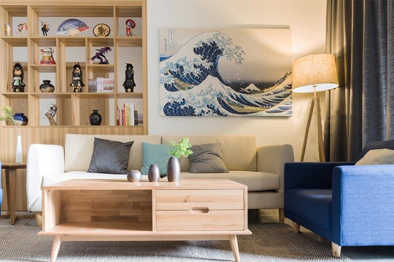 木质茶几、简洁沙发,无一不是日式元素。干净,简单。 浮世绘风格的绘画,又更加增加了日系感觉。