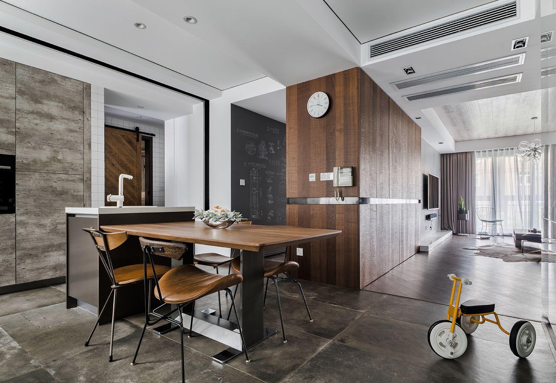 餐桌以木质为主,墙面灰白搭配,简约大气