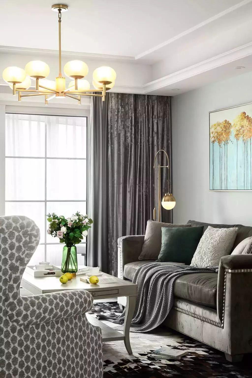 挂上一款灰色的做旧质感窗帘,透露出一种满是阅历的岁月痕迹,给客厅注入一种平凡但不庸俗的品味格调。