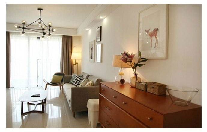 沙发边上的小台灯很有设计感,有点复古风的灯座美感十足。吊灯是几何的现代北欧风灯具,和整体风格相呼应。